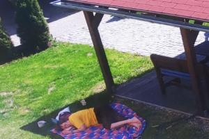 Relaxace paní Dittrichové a paní Novotné. Bylo krásné počasí ☀️☀️☀️🌹🍀🌹👍🌺🌷I pejskovi Denisce p. Dittrichové se venku na terase líbí, je u nás spokojená.🐶 u Radka Burianová